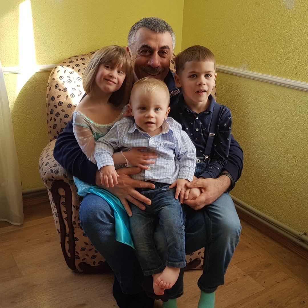 Фото доктора комаровского с женой и детьми